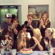Vidéo publiée sur Instagram le 17 septembre 2017 pour l'anniversaire d'Emma Smet. Trois mois avant la mort de Johnny, la famille était unie et complice pour cet événement familial. De gauche à droite : David Hallyday et son fils Cameron, Johnny Hallyday, Alexandra Pastor, Joy et Jade, Emma et sa mère Estelle Lefébure et Laeticia Hallyday.