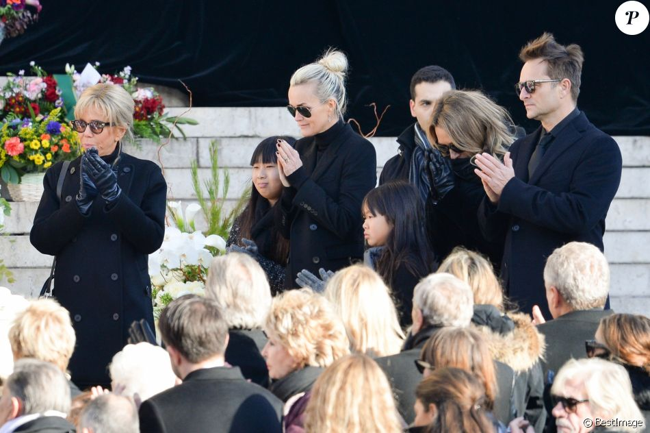 Laeticia Hallyday avec ses filles Jade et Joy et aux côtés de David Hallyday et Laura Smet sur le parvis de l'église de la Madeleine lors des obsèques de Johnny Hallyday à Paris le 9 décembre 2017. © Veeren / Bestimage