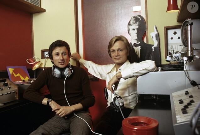 Claude Françaois dans son hôtel particulier parisien avec son ami Michel Drucker, le 9 mars 1972.