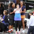 Marion Bartoli fait un selfie avec Serena et Venus Williams lors du mini-tournoi d'exhibition Tie Break Tens au Madison Square Garden à New York City, le 5 mars 2018, après sa défaite contre Serena (10-6).