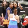 Serena Williams et Venus Williams font des selfies devant Marion Bartoli lors du mini-tournoi d'exhibition Tie Break Tens au Madison Square Garden à New York City, le 5 mars 2018.