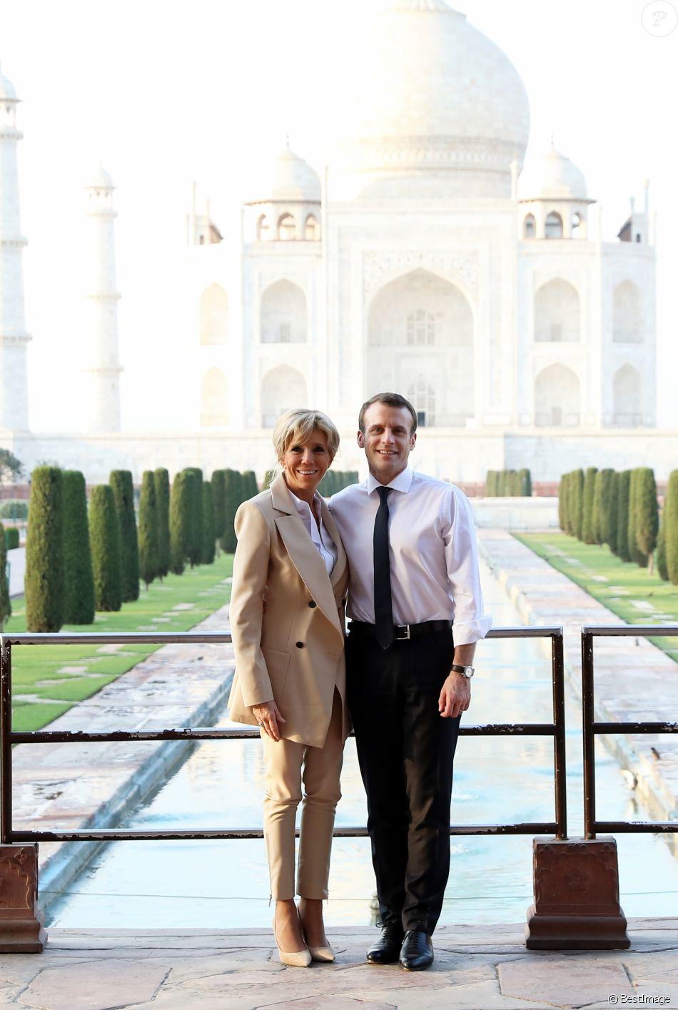 Le président Emmanuel Macron et sa femme Brigitte lors d'une visite privée du Taj Mahal à Agra, Inde le 11 mars 2018. © Dominique Jacovides / Bestimage