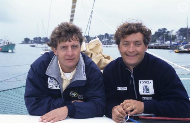 Archives - - En France, en Bretagne, à la Trinité-sur-Mer, au large des cotes, Yvan Bourgnon à la barre du trimaran FONCIA et son frère Laurent Bourgnon le 2 octobre 1999.