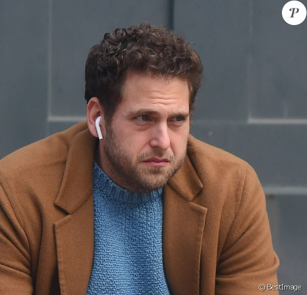 Jonah Hill, amaigri, fume une cigarette dans les rues de New York, le 26 février 2018  It has been said that smoking, while bad for your health, helps to curb the appetite. And it seems that Jonah Hill can make such claims, too. The 34-year-old actor revealed his thinner frame while puffing away on a solo outing in NY today. 26th february 201826/02/2018 - New York