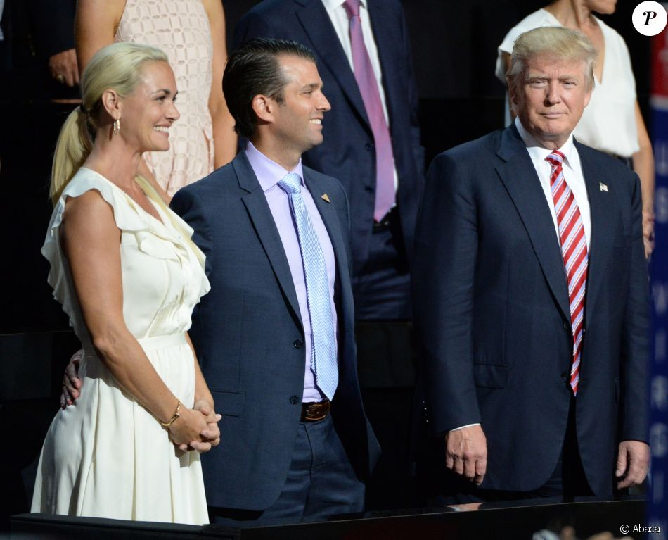 Donald Trump avec son fils aîné Donald Trump Jr. et l'épouse de ce dernier, Vanessa, lors de la convention républicaine nationale à Cleveland, le 20 juillet 2016