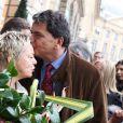 Catherine Salvador dévoile une plaque en hommage à Henri Salvador place Vendôme, à Paris le 9 novembre 2011.