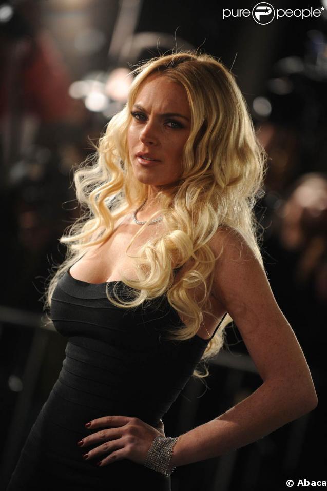 La belle Lindsay Lohan... superbe en blonde, moulée dans une robe noire, le regard dur...