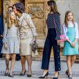 La reine Sofia embrasse la princesse Leonor des Asturies sur la tempe à la sortie de la messe de Pâques en la cathédrale Santa Maria à Palma de Majorque le 1er avril 2018.