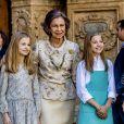 La reine Sofia d'Espagne posant entre ses petites-filles la princesse Leonor des Asturies et l'infante Sofia d'Espagne lors de la messe de Pâques en la cathédrale Santa Maria à Palma de Majorque le 1er avril 2018.