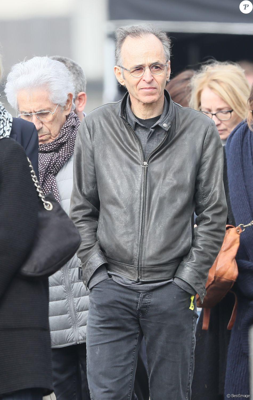 Philippe Gildas et Jean-Jacques Goldman lors des obsèques de Véronique Colucci au cimetière communal de Montrouge, le 12 avril 2018.
