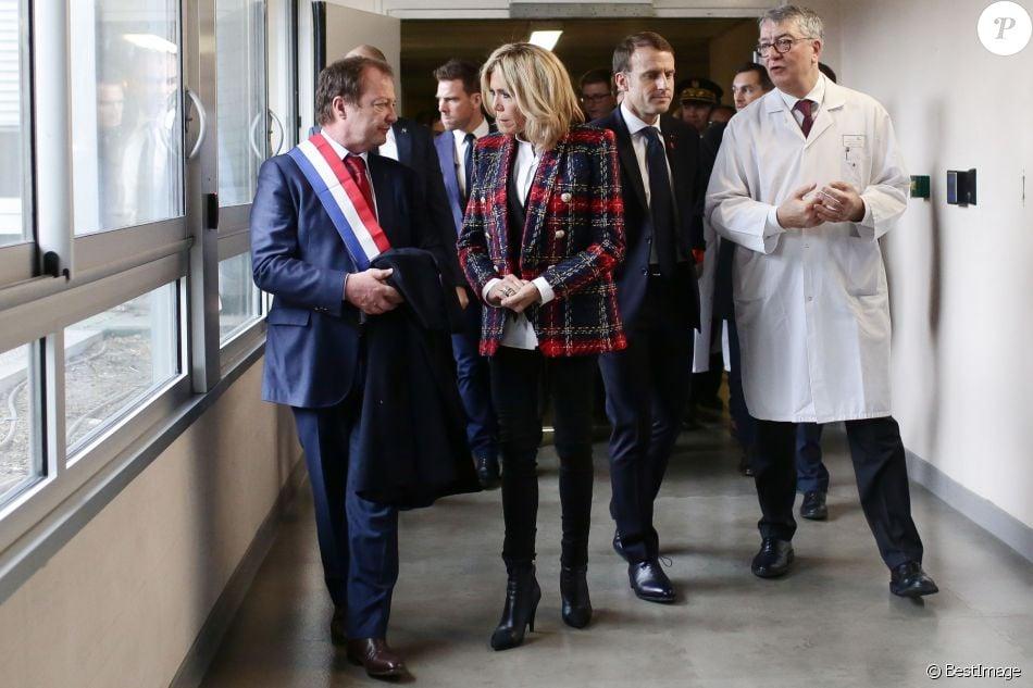La première dame Brigitte Macron (Trogneux), le président Emmanuel Macron et le docteur Francois Lhote lors de la visite du centre hospitalier Delafontaine à Saint-Denis dans le cadre de la journée mondiale de lutte contre le Sida le 1er décembre 2017. © Stéphane Lemouton / Bestimage