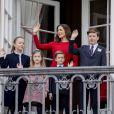 La princesse Mary de Danemark avec ses enfants le prince Christian, la princesse Isabella, la princesse Josephine et le prince Vincent au balcon du palais royal Amalienborg à Copenhague le 16 avril 2018 pour le 78e anniversaire de la reine Margrethe II de Danemark.