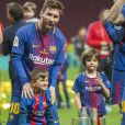 Lionel Messi avec ses fils Thiago et Mateo - Les joueurs du FC Barcelona et leurs familles célèbrent la victoire de la finale de la Coupe du Roi au Wanda Metropolitano de Madrid, Espagne, le 21 avril 2018.