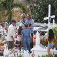 Jean-Pierre Millot, la nounou Sylviane, Laeticia Hallyday et des amis - Laeticia Hallyday, ses filles Jade et Joy et Sylviane sont allées se recueillir sur la tombe de J.Hallyday au cimetière marin de Lorient à Saint-Barthélemy, le 20 avril 2018.