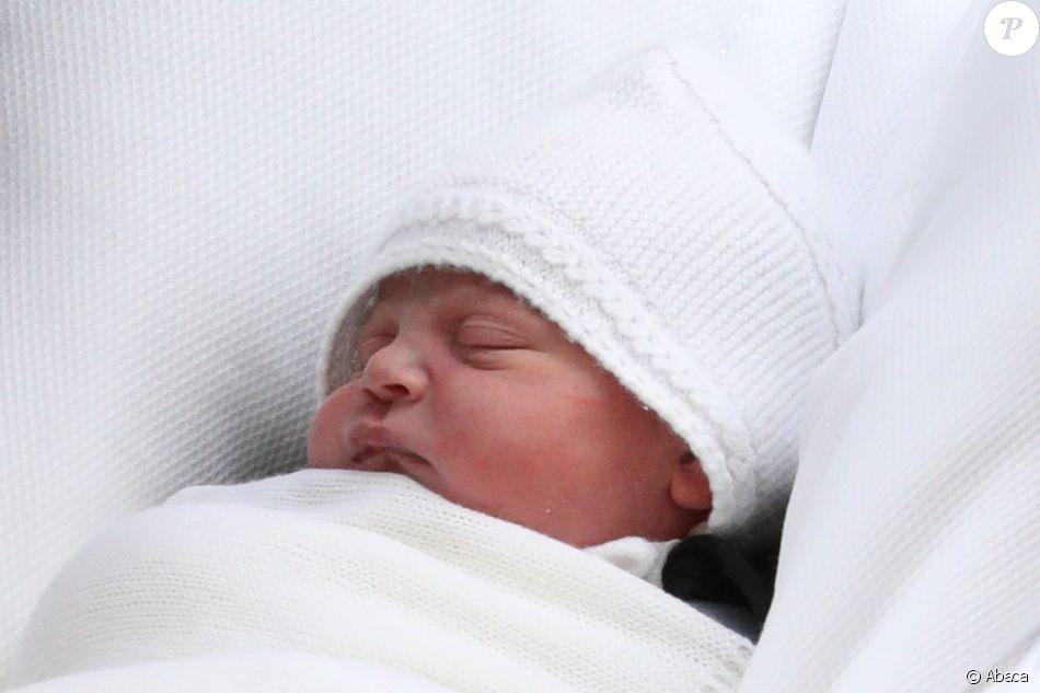 Gros plan sur le visage du royal baby, troisième enfant du prince William et de la duchesse Catherine de Cambridge (Kate Middleton). Le duc et la duchesse ont quitté avec le nouveau-né la maternité de l'hôpital St Mary à Londres le 23 avril 2018 quelques heures seulement après sa naissance.
