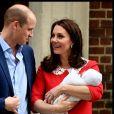 La duchesse Catherine de Cambridge (Kate Middleton) et le prince William avec leur bébé, leur troisième enfant, devant la maternité de l'hôpital St Mary à Londres le 23 avril 2018 quelques heures seulement après sa naissance.
