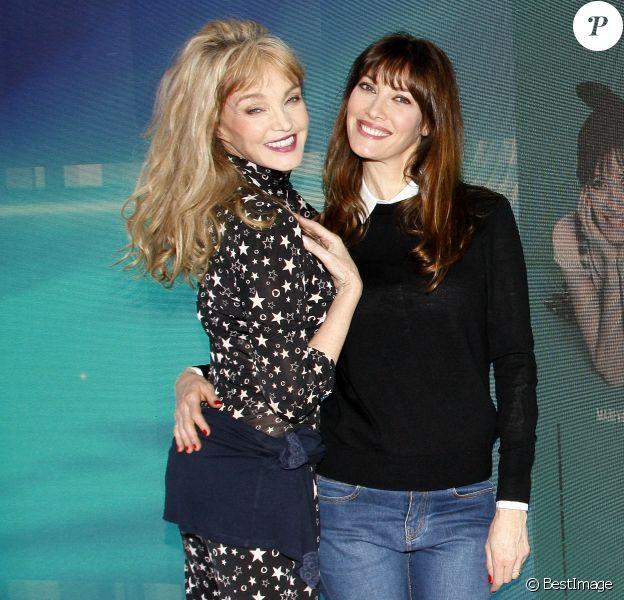 """Mareva Galanter et Arielle Dombasle lors du photocall pour le spectacle """"Les Parisiennes"""" aux Folies Bergère, à partir du 24 mai, à Paris. Le 9 avril 2018"""