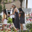 Exclusif - Laeticia Hallyday et ses filles Jade et Joy - Laeticia Hallyday est allée déposer des bougies sur la tombe de J. Hallyday avec ses filles Jade et Joy et des amis au cimetière de Lorient à Saint-Barthélemy, le 23 avril 2018.