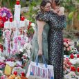 Semi-exclusif - Laeticia Hallyday et une fan - Laeticia Hallyday s'est recueillie sur la tombe de J. Hallyday avec JC Camus accompagné de sa fille et de son petit-fils au cimetière de Lorient à Saint-Barthélemy le 24 avril 2018.