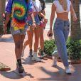 """Bella Hadid, Hailey Baldwin, Justine Skye et une amie sont allées faire du shopping puis sont montées à bord du bateau """"Groot"""" de David Grutman à Miami, le 29 avril 2018."""
