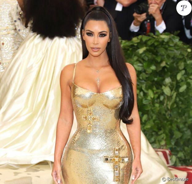 """Kim Kardashian en Versace à l'ouverture de l'exposition """"Corps célestes : Mode et imagerie catholique"""" pour le Met Gala à New York, le 7 mai 2018."""