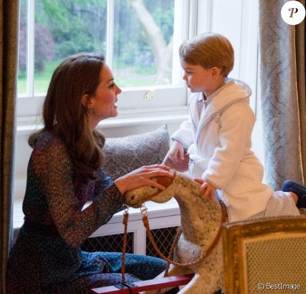 Le prince George de Cambridge sur son cheval à bascule devant Barack Obama et sa femme Michelle Obama rendant visite au prince William et à la duchesse Catherine de Cambridge au palais de Kensington à Londres, le 22 avril 2016.