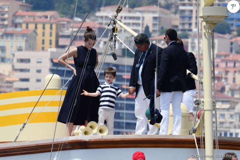 Charlotte Casiraghi et son fils Raphaël durant le départ du 1er Monaco Globe Series à Monaco le 3 juin 2018. © Bruno Bebert/Bestimage