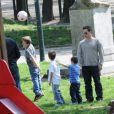 Un ballon de foot... Les petits en sont gaga comme leur papa !