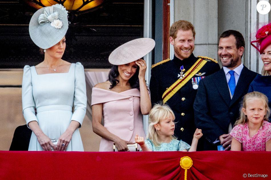 """Catherine (Kate) Middleton, duchesse de Cambridge, le prince Harry, duc de Sussex, et Meghan Markle, duchesse de Sussex, Peter Phillips et sa femme Autumn Phillips avec leurs enfants Savannah et Isla - Les membres de la famille royale britannique lors du rassemblement militaire """"Trooping the Colour"""" (le """"salut aux couleurs""""), célébrant l'anniversaire officiel du souverain britannique. Cette parade a lieu à Horse Guards Parade, chaque année au cours du deuxième samedi du mois de juin. Londres, le 9 juin 2018."""