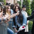 Demi Lovato, toujours le pied droit dans une attelle, quitte l'hôtel Royal Monceau pour se rendre à son concert au Zenith de Paris le 4 juin 2018.
