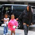 Kim Kardashian et sa fille North rentrent a leur hotel a New York, le 14 juin 2018.