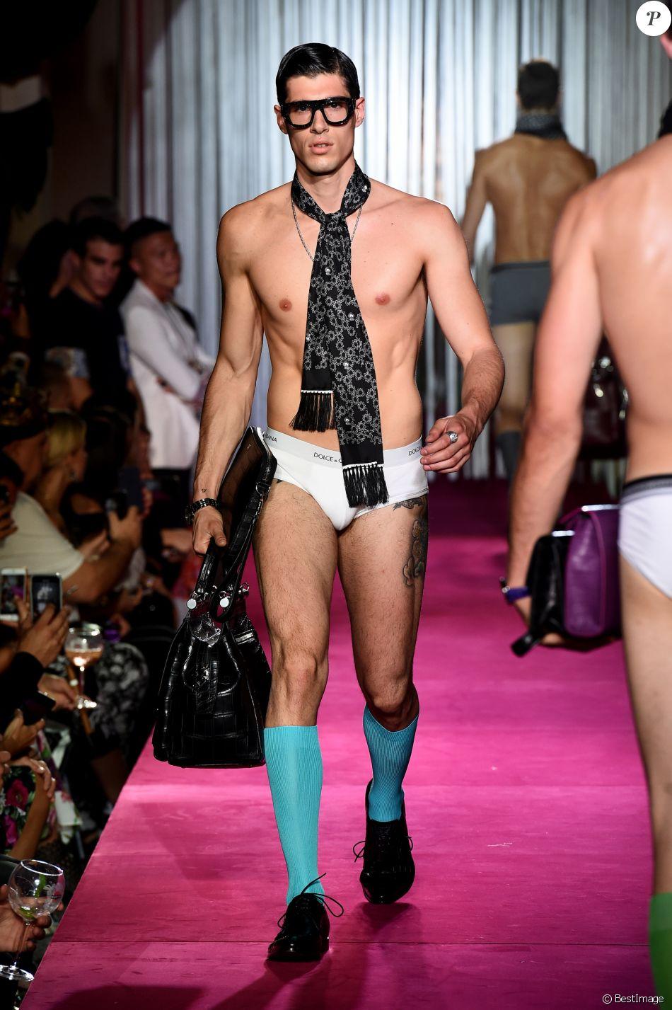 La The Mannequin Secret Lors Défilé Dolceamp; Gabbana Du Pendant JTlK1cF