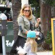 """Nicole Eggert (de la série """"Alerte à Malibu"""") se promène avec sa fille Keegan dans les rues de Los Angeles, le 12 mai 2015"""
