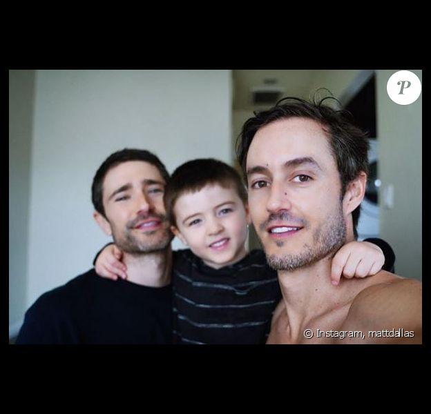 Matt Dallas pose avec son mari Blue Hamilton et leur fils Crow. Juin 2018