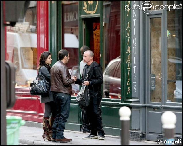 Florent Pagny arrive à la galerie dans laquelle sa compagne Azucena expose ses tableaux. Il est accompagné de Pascal Duchêne et de son amie Hortense. 02/04/09