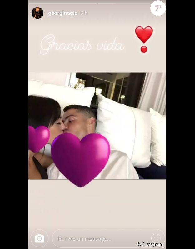 Georgina Rodriguez et Cristiano Ronaldo s'embrassant. Instagram, le 3 juillet 2018.
