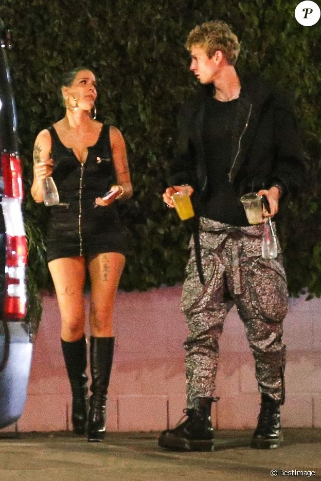 Exclusif - Halsey fait une pause cigarette avec Machine Gun Kelly après le concert de son compagnon G Eazy et Post Malone à Los Angeles. Halsey laisse entrevoir sa culotte accroupie sur le trottoir en regardant son téléphone… Le 28 juin 2018  For germany call for price Exclusive - Halsey starts the weekend early at Poppy after boyfriend G Eazy performs at the Hollywood Bowl with fellow rapper Post Malone. She shows off her fit figure in a little black dress and knee high boots while grabbing a smoke with Machine Gun Kelly. She also had a little wardrobe malfunction while sitting by the curb accidental flashing her panties. 3rd july 201828/06/2018 - Los Angeles