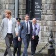 Le prince Harry, duc de Sussex et sa femme Meghan Markle, duchesse de Sussex saluent la foule lors de leur visite au collège de la trinité à Dublin le 11 juillet 2018