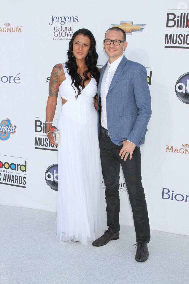 Chester Bennington de Linkin Park et sa femme Talinda Ann Bentley lors des Billboard Music Awards 2012 à Las Vegas le 20 mai 2012.