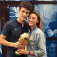 Benjamin Pavard et sa compagne Rachel Legrain-Trapani. Le couple tient la Coupe du monde après la victoire de l'équipe de France le 15 juillet 2018 en Russie.