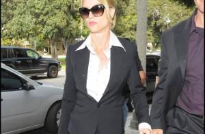 Nicollette Sheridan splendide dans sa tenue chic... a séduit un beau mâle !