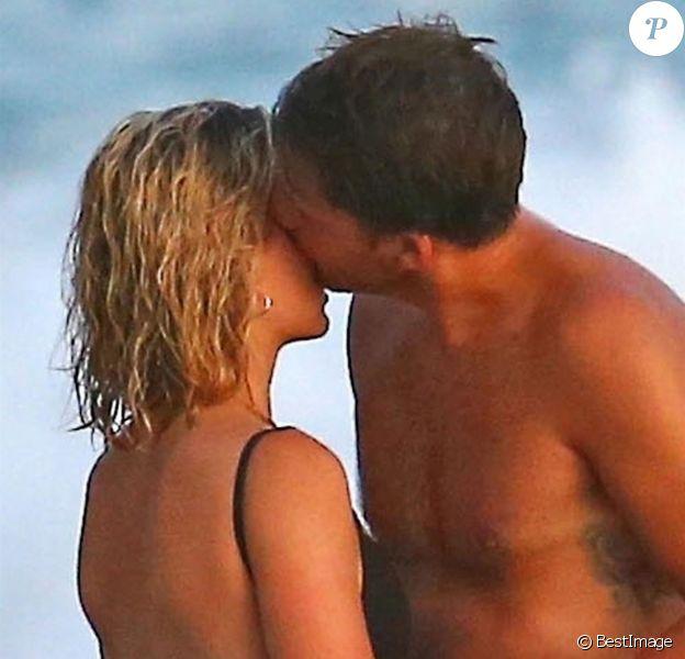 Exclusif - Margot Robbie et son mari Tom Ackerley prennent du bon temps avec des amis sur une plage au Costa Rica, le 18 juillet 2018.