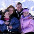 Le prince Andrew et Sarah Ferguson, duchesse d'York, avec leurs filles la princesse Eugenie et la princesse Beatrice d'York en février 2001 à Verbier.