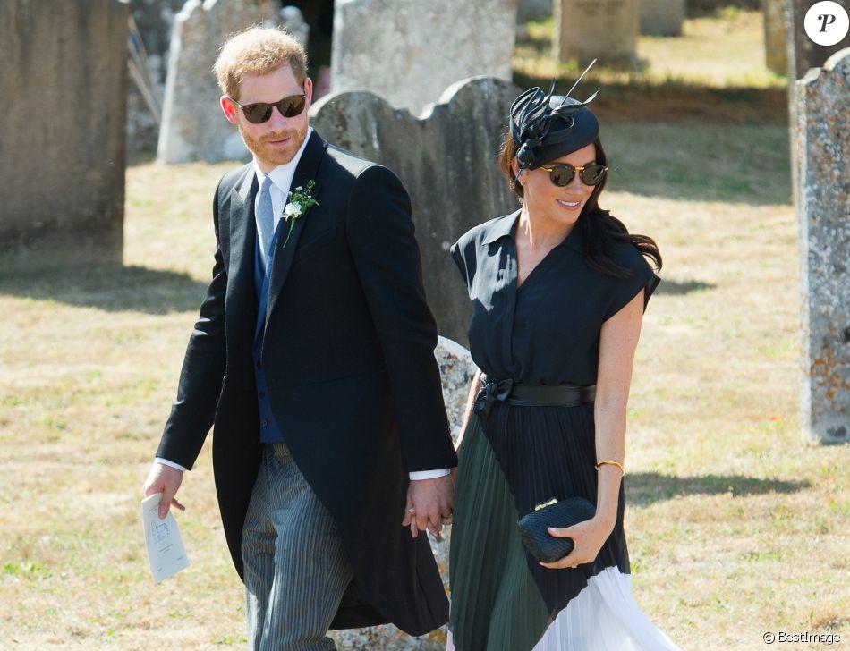 Le prince Harry, duc de Sussex, et Meghan Markle, duchesse de Sussex, au mariage de Charlie Van Straubanzee et Daisy Jenks en l'église Saint-Marie-La-Vierge à Frensham, le 4 août 2018.