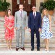 La reine Letizia et le roi Felipe VI d'Espagne avec le Premier ministre espagnol Pedro Sánchez et son épouse Begoña Gomez au Palais de Marivent à Palma de Majorque le 6 août 2018.