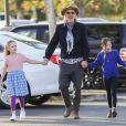 Exclusif - Michael Lockwood, le futur ex-mari de Lisa Marie Presley, se promène avec leurs filles jumelles Finley et Harper à Calabasas le 22 decembre 2017.