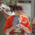 America Ferrera sur le tournage d'Ugly Betty le 28 avril 2009. Mais pourquoi se chache-t-elle derrière ses grosses lunettes ?