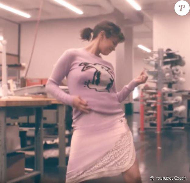 Selena Gomez s'éclate seule à l'atelier Coach. Août 2018.