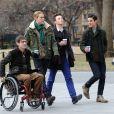 """Chris Colfer, Darren Criss, Kevin McHale, Chord Overstreet lors du tournage de la série télévisée """"Glee"""" à Washington Square Park à New York, le 14 mars 2014."""