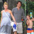 Claire Danes (enceinte), son mari Hugh Dancy et leur fils Cyrus dans les rues de SoHo à New York, le 26 août 2018.